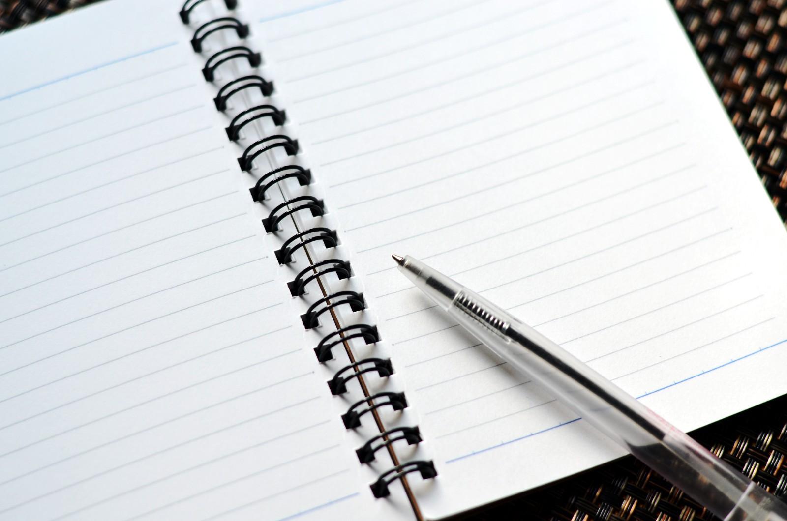輪ゴムを使って書けなくなったボールペンを復活させる方法