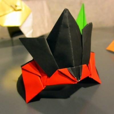 折り紙 兜(黒赤)1