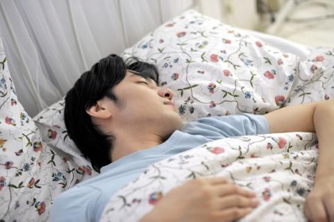 眠れぬ夜に!枕元に切った玉ねぎを置くと安眠効果があります。