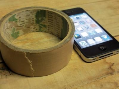 iPhoneの保護シールをガムテープで剥がす