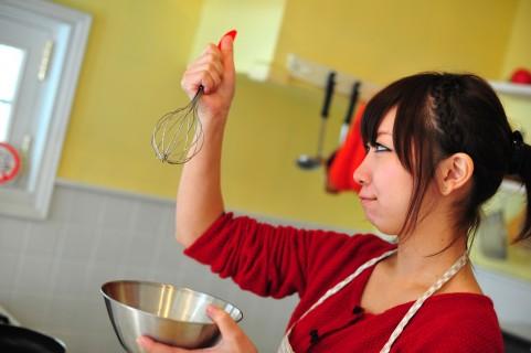 ケーキ作りに便利な裏ワザ!手を汚さず卵の白身と黄身を一瞬で分ける方法