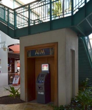 都市伝説それとも真実?ATMの鏡の前でやってはいけないアレコレ