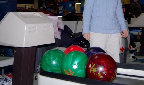 ナンダこの曲がり方は!ボウリング場でカーブボールを超簡単に投げられる投法