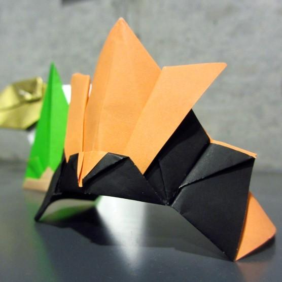 折り紙 兜(黄黒)1