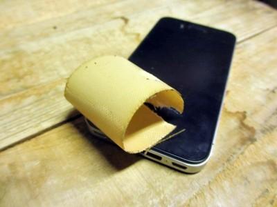 iPhoneの保護シールをガムテープで