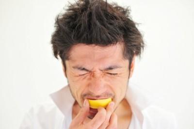 レモンをかじる